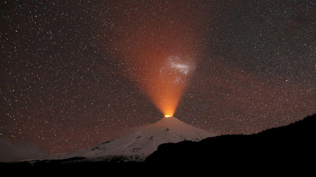 El volcan Villarrica, en Chile, visto desde la localidad de Pucon