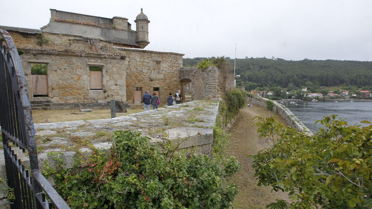 ¿Cómo se presenta la ciudad?.Monumento a Alfonso IX en Baiona