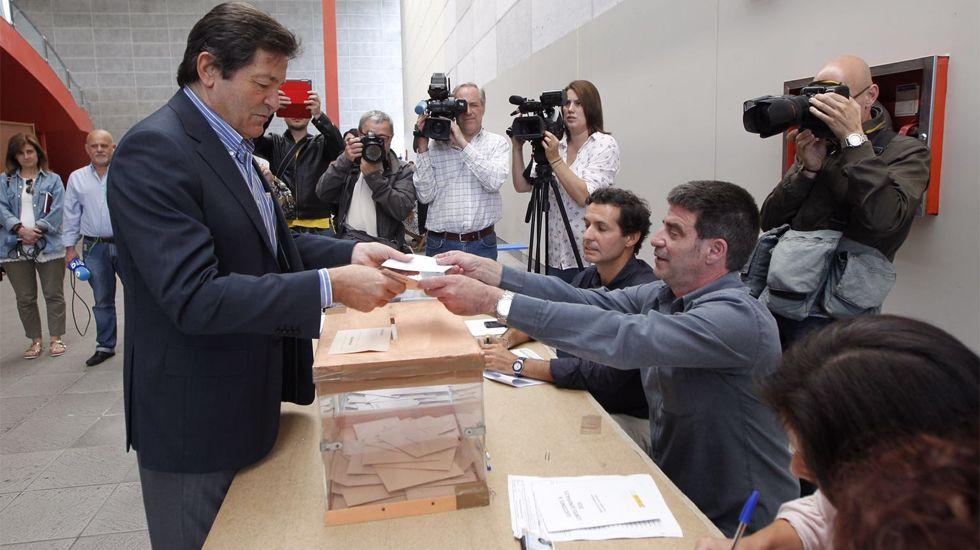 Javier Fernández, en el momento de depositar su voto en el Pabellón de La Guía