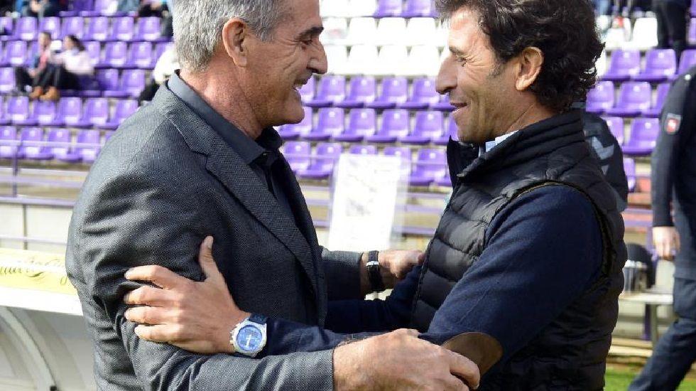 .Paco Herrera y Luis Milla se saludan antes del Valladolid-Zaragoza