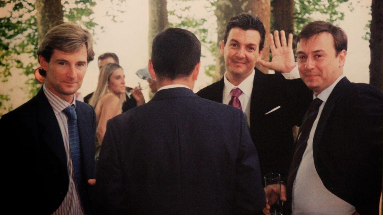 Enrique Orjales, con la mano levantada, en una foto con amigos hace unos años