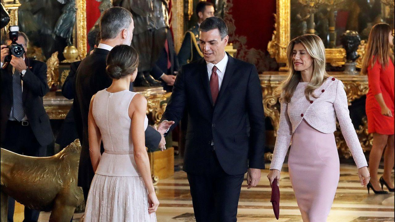 El lapsus de Pedro Sánchez durante el besamanos en el Palacio Real.El Rey, junto a Javier Fernandez y Luis Fernandez Vega
