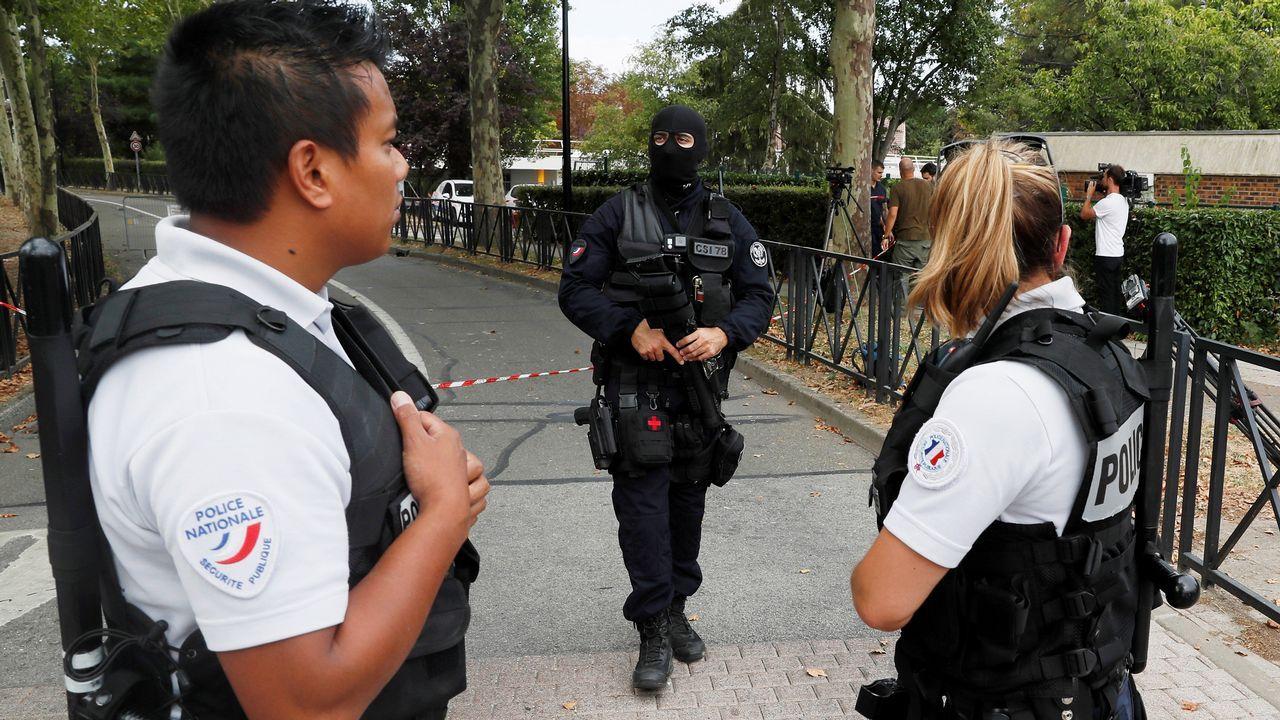 Miembros de la policía establecen un perímetro de seguridad cerca de la zona en la que se produjo un ataque con cuchillo en Trappes, cerca de París, Francia