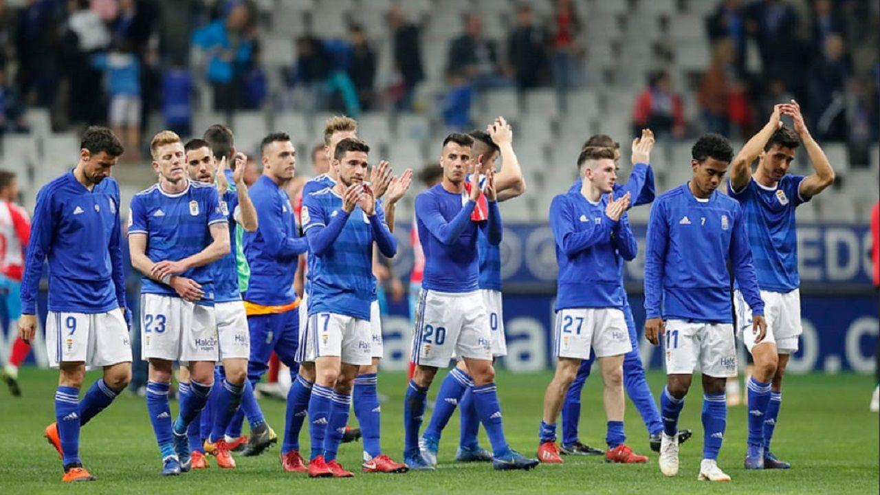 Vetusta Racing Santander Carlos Tartiere.Los jugadores del Oviedo saludan a la afición tras el empate ante el Lugo