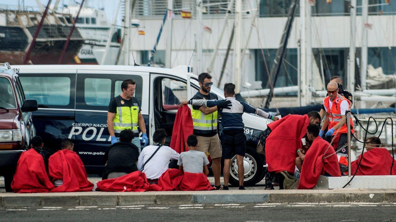 .Llegada al puerto de Naos, en Arrecife, un grupo de 28 personas que navegaban en una patera rumbo a Lanzarote