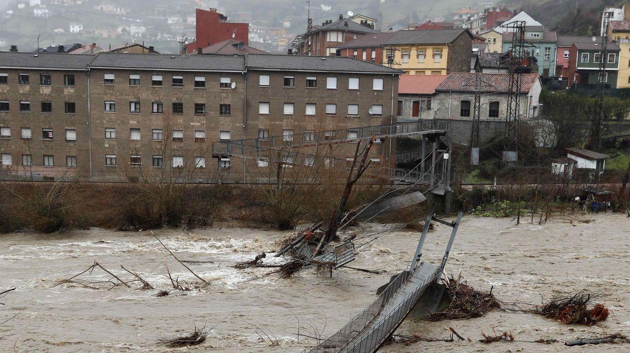 Laobras del Parador de Muxía en fotos.Aspecto que presenta una pasarela peatonal sobre el río Aller a causa del temporal de lluvias registrado en los últimos días en Asturias