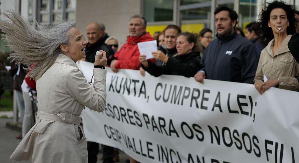 .Los padres directamente afectados por el recorte de especialistas protestaron durante tres cuartos de hora en Monelos.