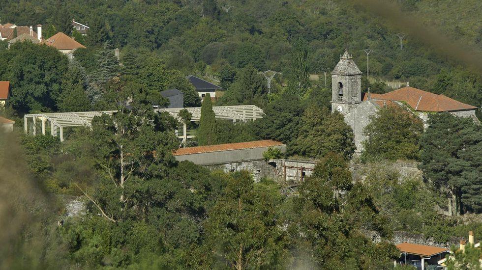 Pabellón de deportes en construcción junto al monasterio cisterciense de Santa María de Melón.