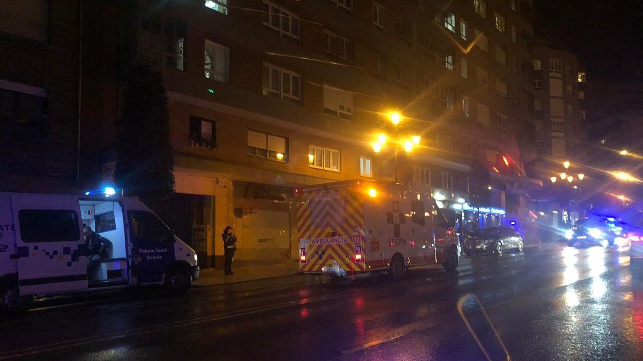 Ciudadanos cierra la crisis en Castilla y León sin un culpable.Ambulancia desplazada al lugar del accidente