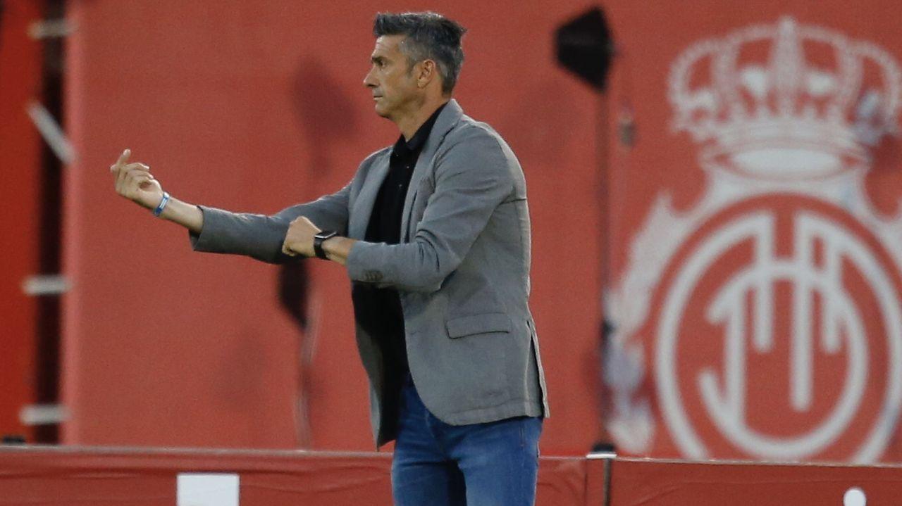 Barcenas Quini Real Oviedo Granada Carlos Tartiere.Bárcenas trata de rematar ante la oposición de Quini