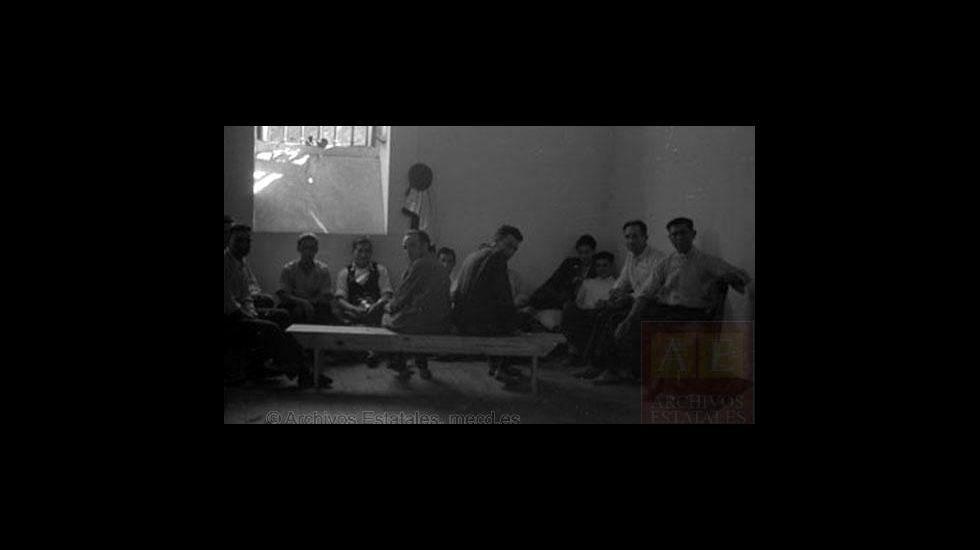 Un grupo de prisioneros políticos en una celda de la antigua cárcel de A Pinguela