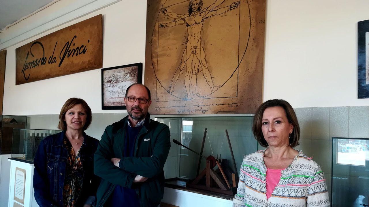 María Jesús Fernández, Manuel-Santiago López y Milagros Madiedo, junto a parte de las piezas del «Proyecto Leonardo»