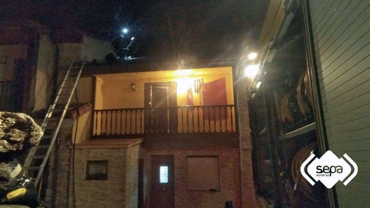 Al menos 10 muertos en el incendio de un edificio de viviendas en París.Los bomberos apagan un incendio en una vivienda de Espiniella