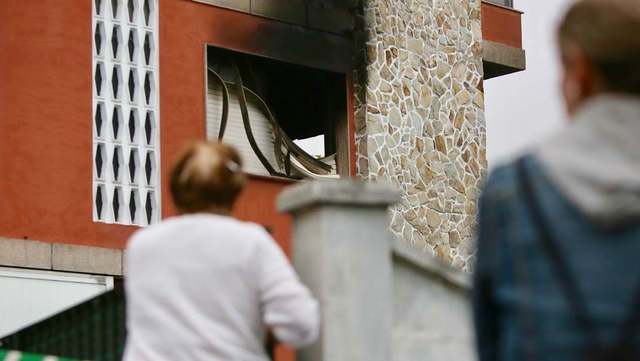 Un incendio arrasa un taller de reparación de embarcaciones en Moaña