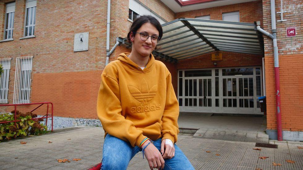 «No debería ser noticia que una gitana apruebe la ESO».El consejero Genaro Alonso, con alumnos del Colegio Rural Agrupado (CRA) Castrillón-Illas
