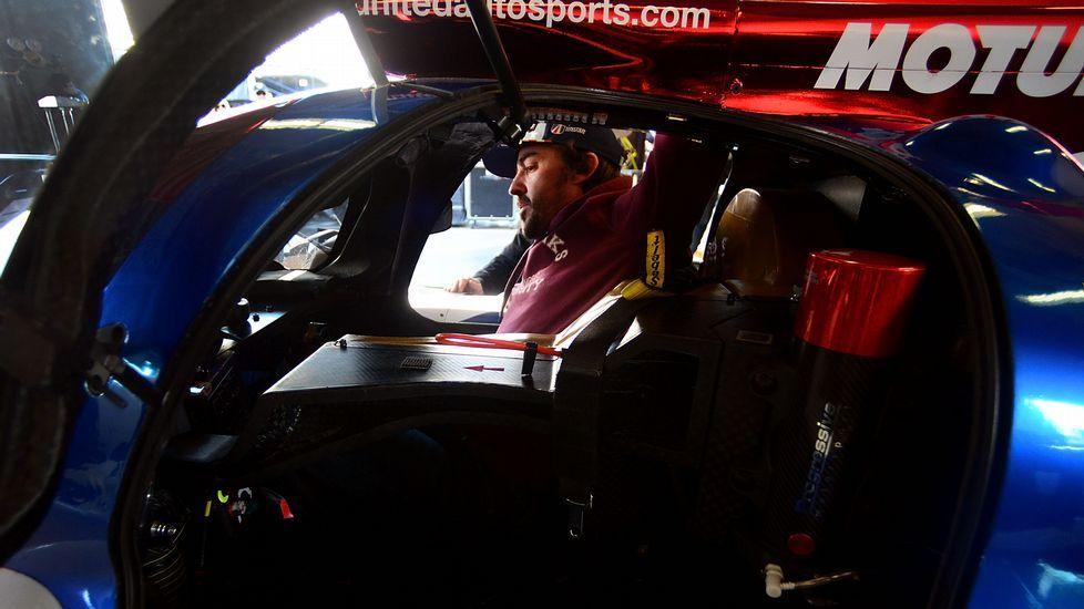 .El piloto español Fernando Alonso del equipo United Autosports prueba el asiento de su vehículo  en Daytona