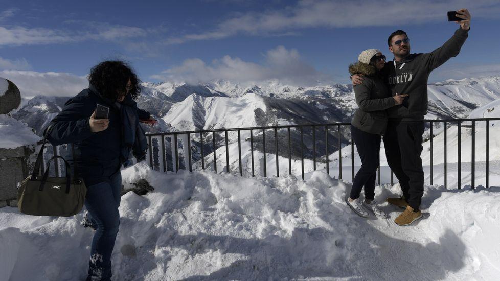 La nieve ya cubre Pajares.Una pareja se saca una foto entre la nieve en Pajares