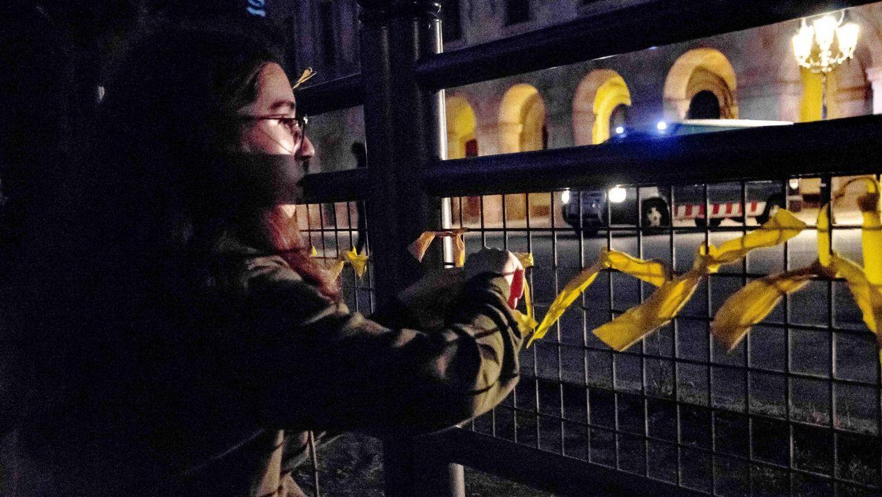 Rivera y Arrimadas retiran los polémicos lazos amarillos en un pueblo de Barcelona