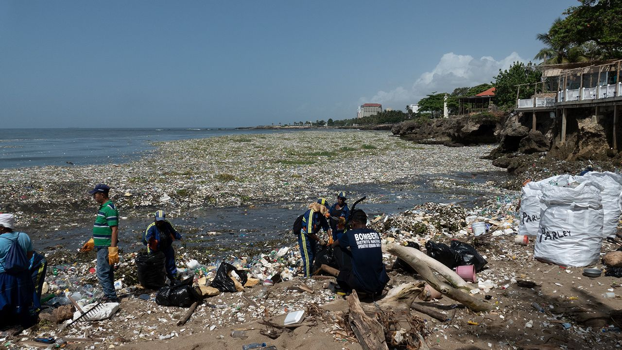 .La acumulación de plásticos en el mar y en la costa es un fenómeno global, como se puede ver en esta imagen de Santo Domingo
