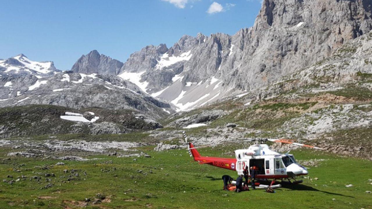 .El equipo del helicóptero medicalizado llevando a cabo las tareas de rescate en Picos de Europa