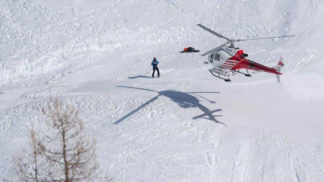 Un helicóptero de rescate en la zona donde se produjo el alud