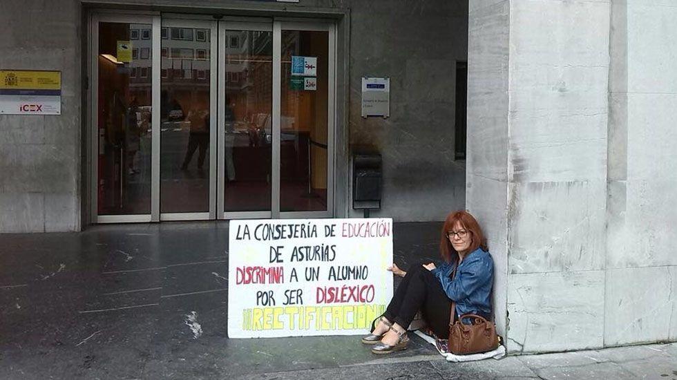 Marta María García a las puertas de la Consejería de Educación.Marta María García a las puertas de la Consejería de Educación