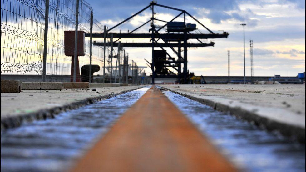 El Puerto de Ferrol estrena la terminal de contenedores.Operación con contenedores en Caneliñas
