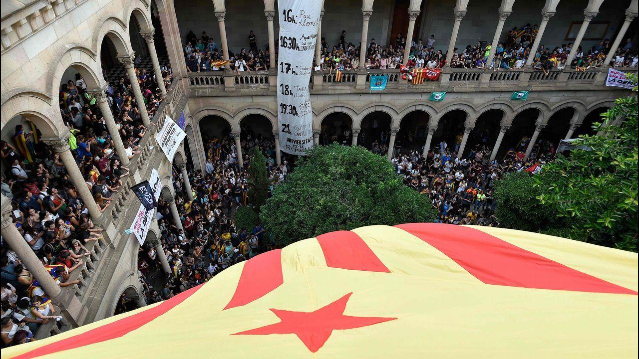Concentraciones de los estudiantes en Barcelona en apoyo al referendo.Adrián Barbón sube al escenario del Calatrava ante los aplausos de su Ejecutiva