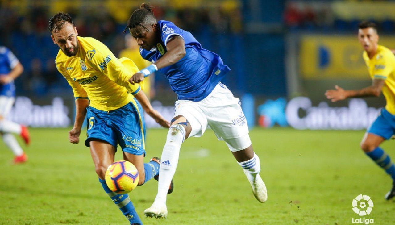 Ibra Ibrahima Balde Deivid Las Palmas Real Oviedo Gran Canaria.Ibra se lleva un balón ante la presión de Deivid