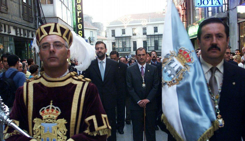 Rajoy, junto a Rafael Louzán, en la procesión de la Peregrina en el año 2000.