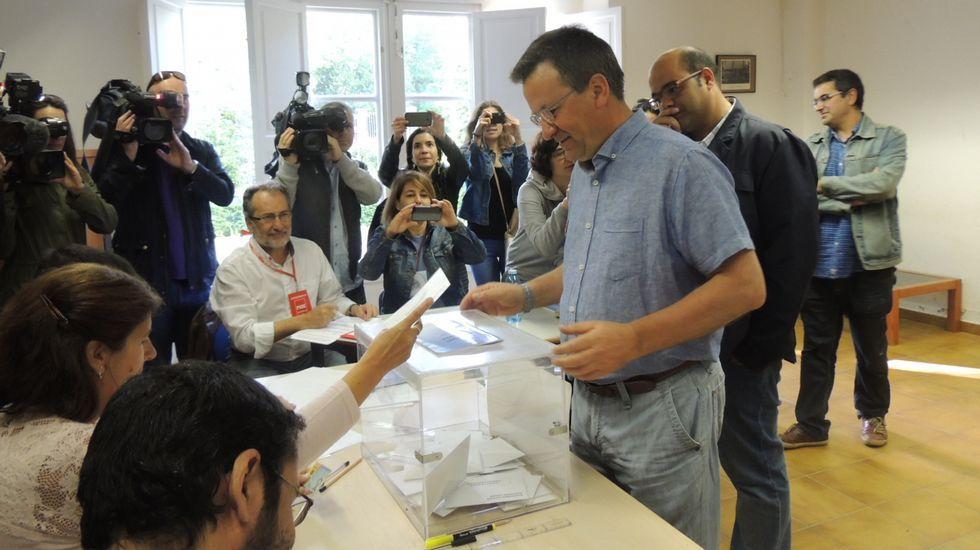El portavoz nacional del BNG, Xavier Vence,ha ejercido su derecho a voto a las 10.30 horas en el centro sociocultural de Vidán.