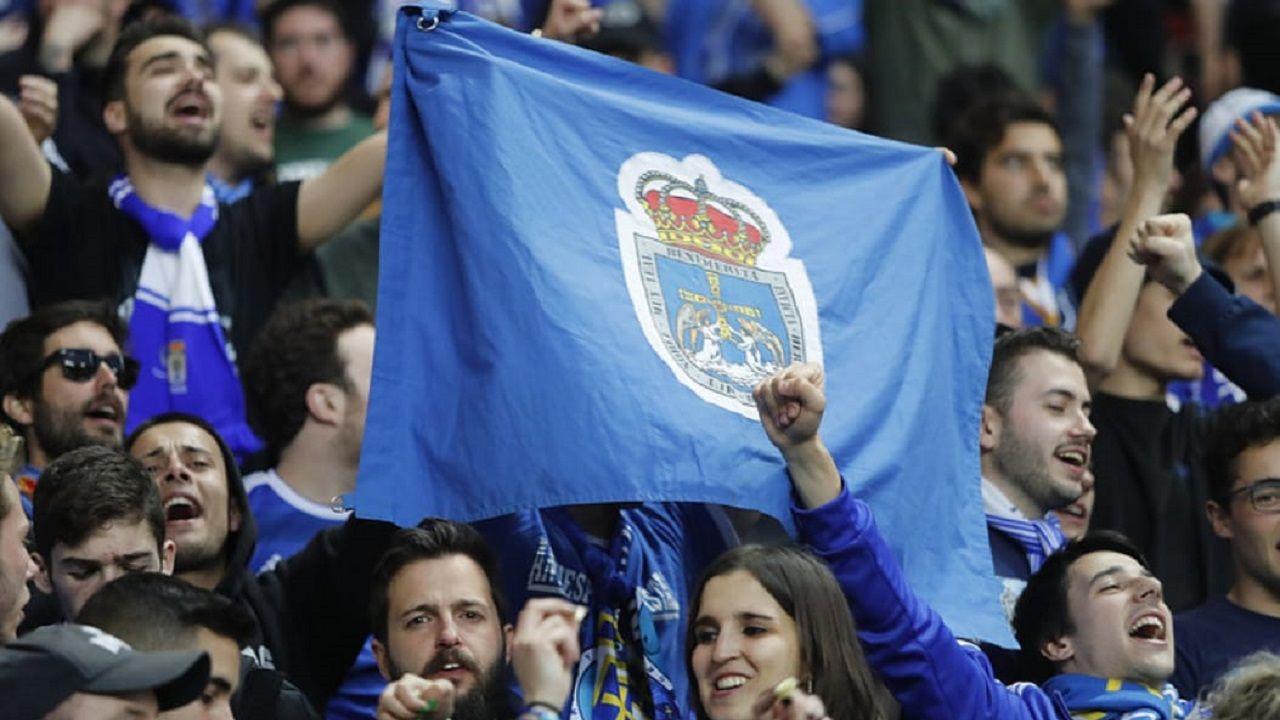 banderas aficion Carlos Tartiere Real Oviedo.Aficionados del Real Oviedo en El Molinón