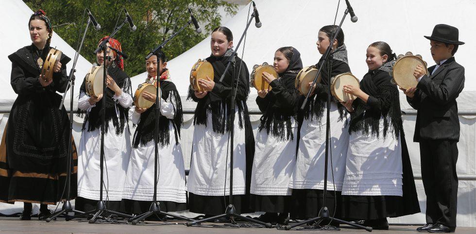 Un grupo de pandeireteiros interpretando una pieza.