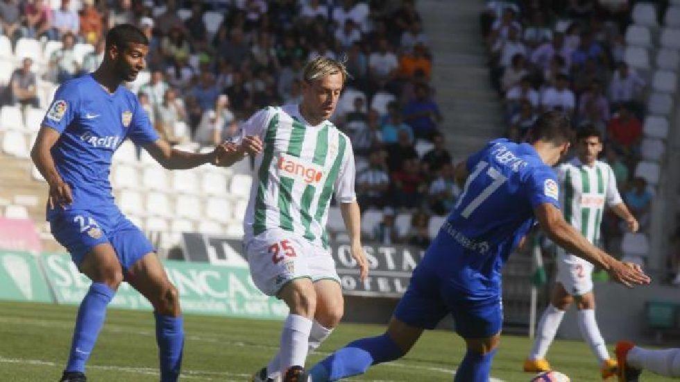 .Javi Lara lucha por el balón en un Córdoba-Almería