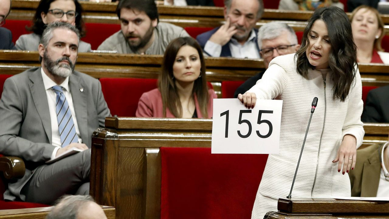 | EFE.Pedro Sánchez, aplaudido por Carmen Calvo tras intervenir en el Senado, respondió a quienes exigen la ilegalización de fuerzas secesionistas que «los problemas se solucionan, no se prohíben»