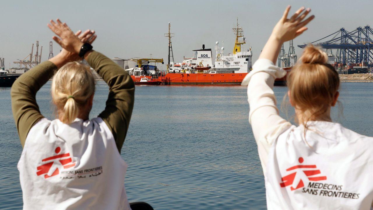 ENtrada del Aquarius en el puerto de Valencia