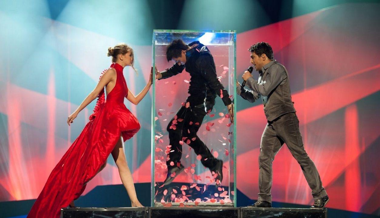 Los diez países clasificados de la segunda semifinal.Una de las puestas en escena de Fokas Evangelinos en Eurovisión, la de Azerbaiyán en el 2013