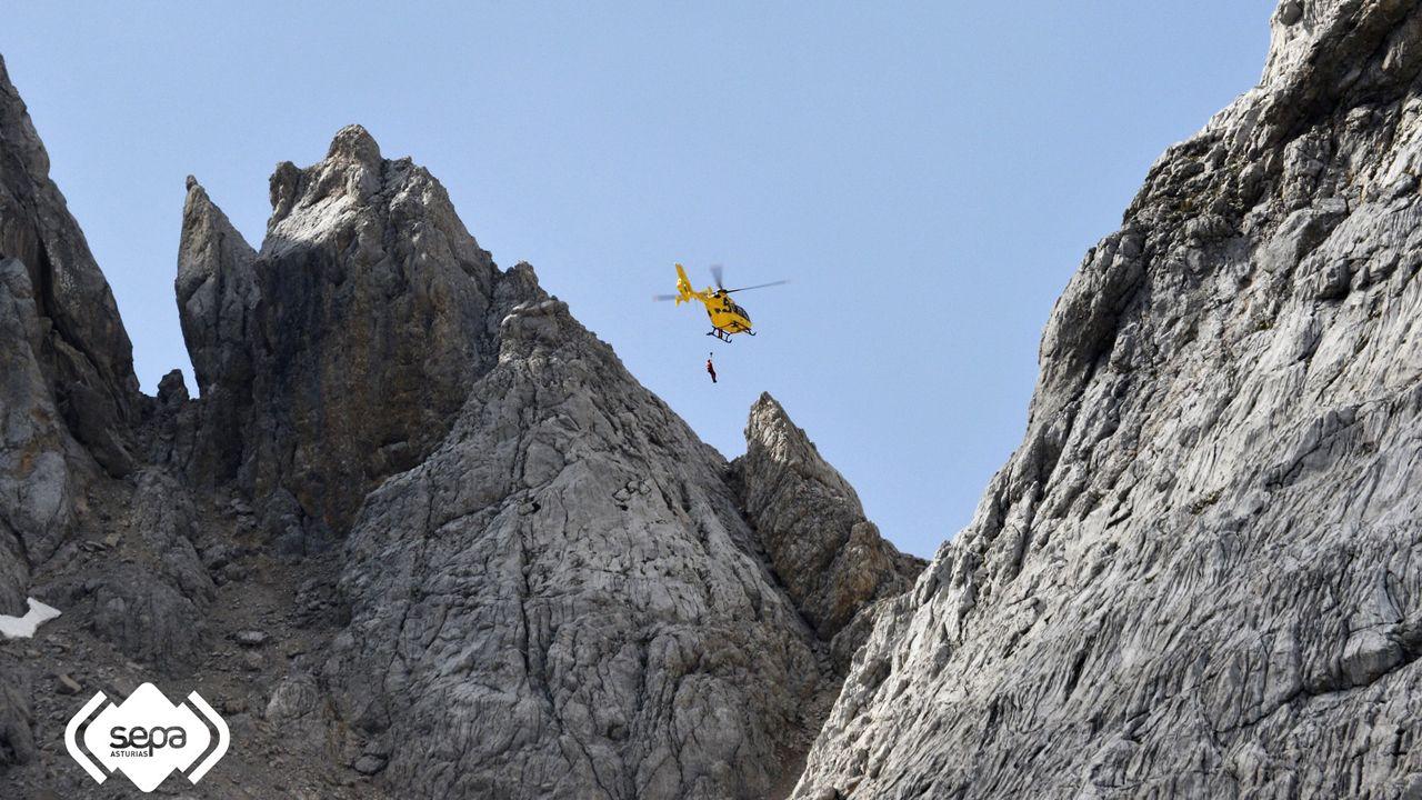 Un helicóptero realizando una evacuación