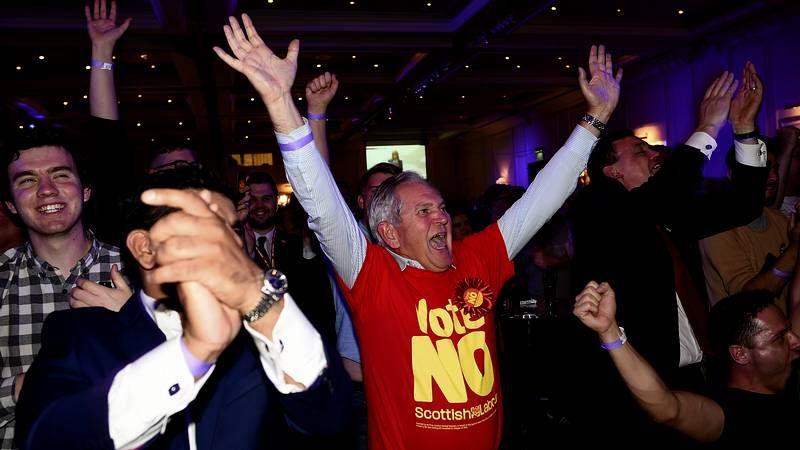 El «No» se impuso en Escocia.Un joven recordando con una inscripción el voto de Glasgow a favor de la independencia.