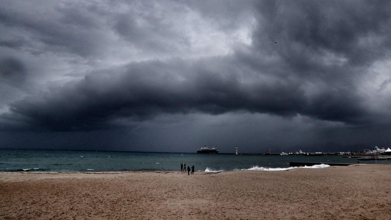 Imagen de un arco de nubes antes de la llegada de una tormenta en la ciudad de Cannes, en la costa mediterránea francesa