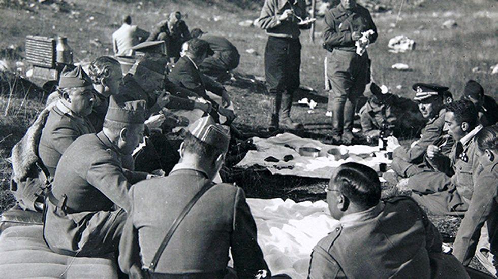 Comida de campaña. El general Franco y Aranda al lado de otros jefes y oficiales en el frente de Asturias. Octubre de 1937