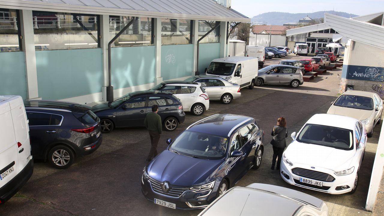 El aparcanmiento indiscriminado de vehículos en el entorno de la pescadería ha dañado mucho el pavimento