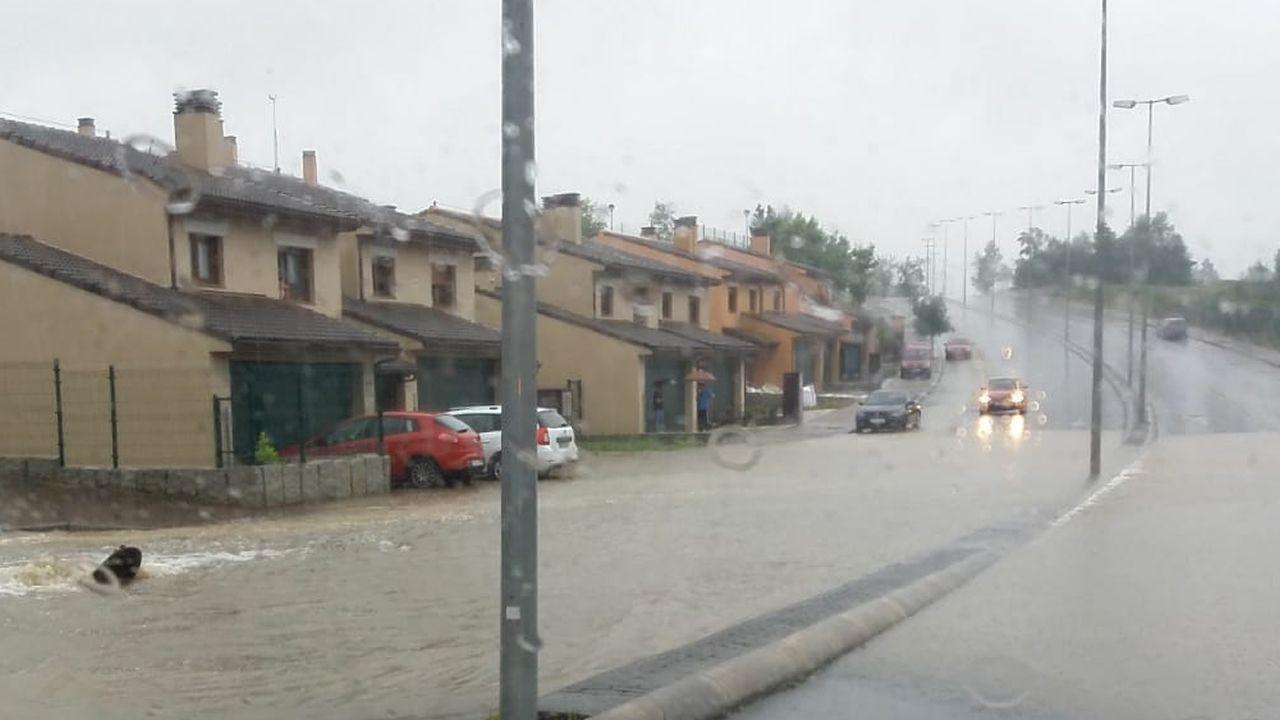 Los vecinos de Costa Miño llevan tres días lidiando con las inundaciones.Una socorrista vigila atentamente la zona de baña en la playa coruñesa del Orzán
