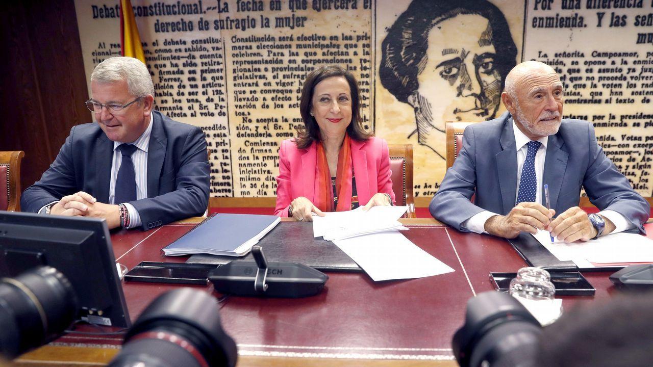 Margarita Robles, junto al presidente y al vicepresidente de la Comisión de Defensa del Senado, Gabino Puche y Alfonso Jesús Rodríguez