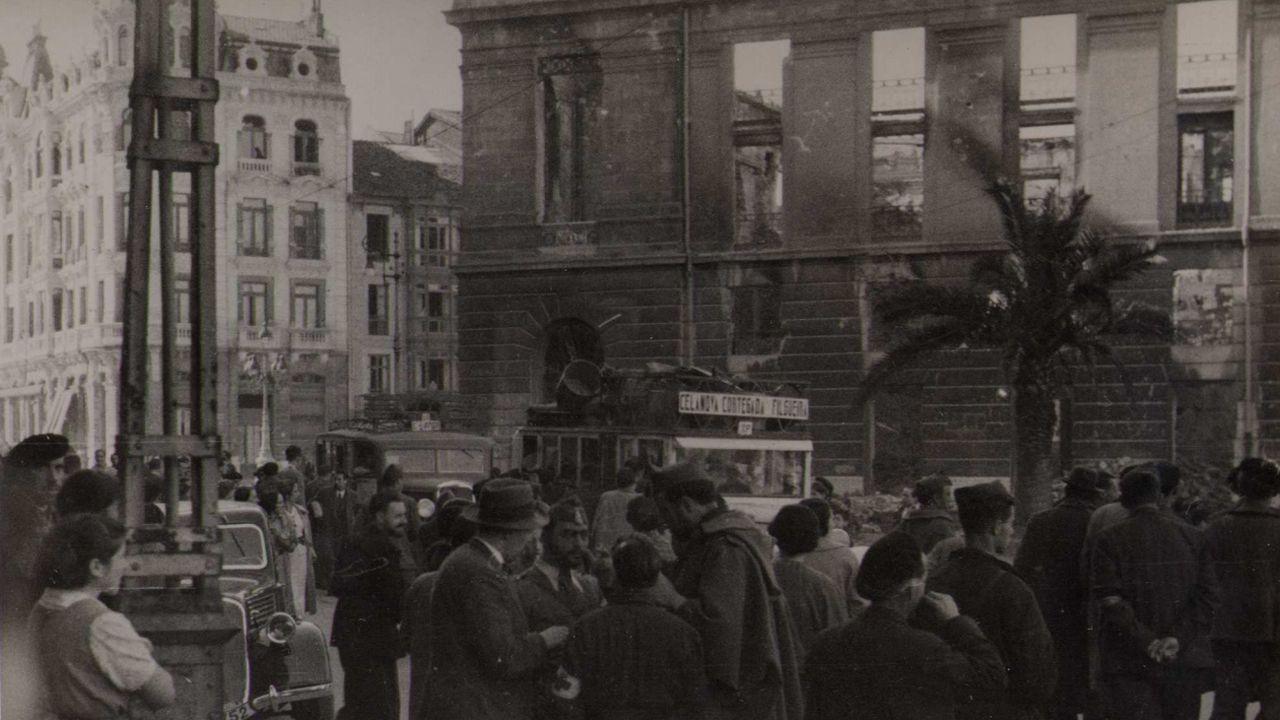 Soldados nacionales en un frontal de teatro Campoamor destruido