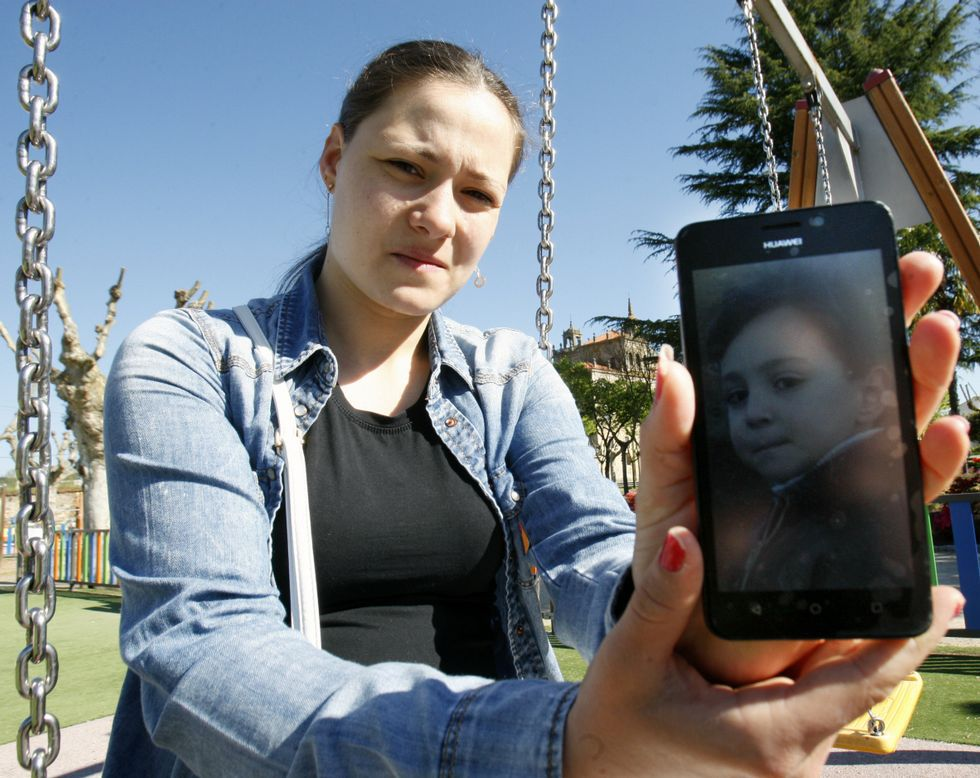 .Angela Tyudoki muestra una foto de su hijo en la zona de juegos infantiles de la Compañía.