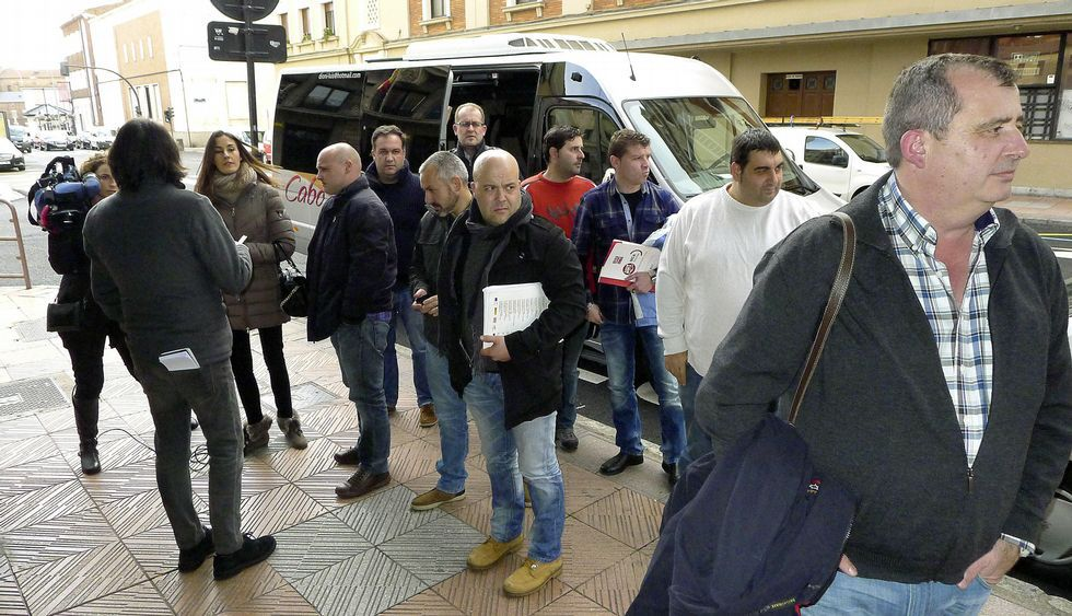 Manifestación de trabajadores de Alcoa.Representantes de A Coruña y Avilés, ayer en León, antes de la reunión.