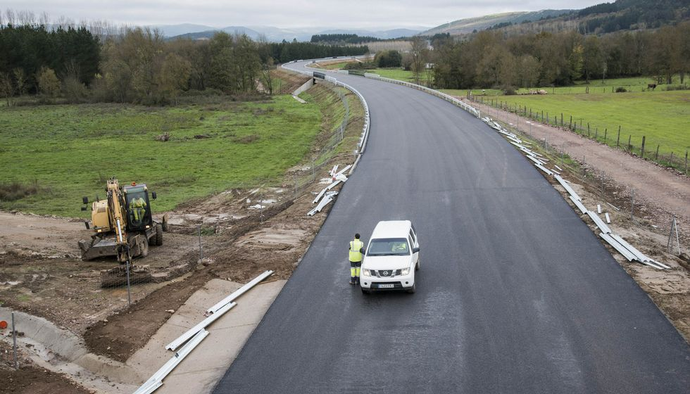 La empresa encargada de las obras de la primera fase de los accesos ultima la instalación de las barandillas laterales.
