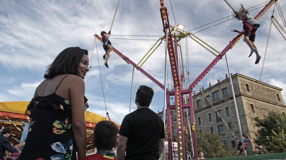 Ambiente en las atracciones festivas instaladas en el aparcamiento del Parque dos Condes, junto a un lateral del colegio de la Compañía