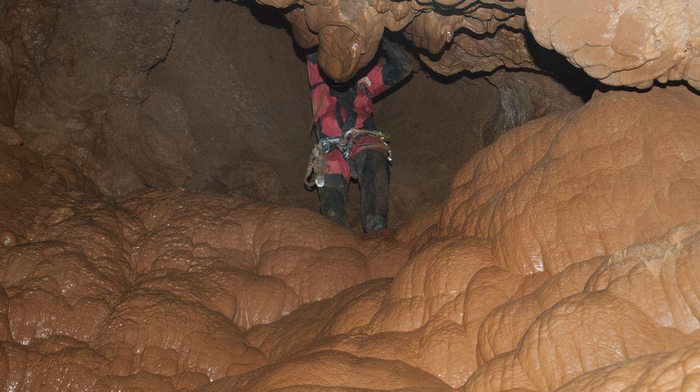 Outro momento do percorrido pola gruta